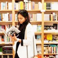 pevita pearce cantik baca buku