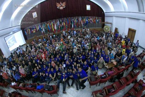 Foto bersama #KIBdg3 di Gedung Merdeka. Foto: @inimahbandung