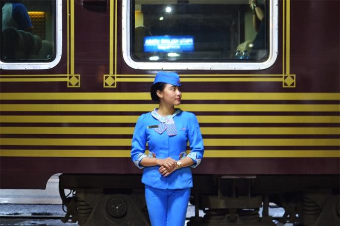 kereta api wisata gerbong priority pramugari