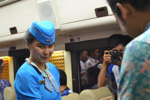 kereta api wisata priority pramugari cantik