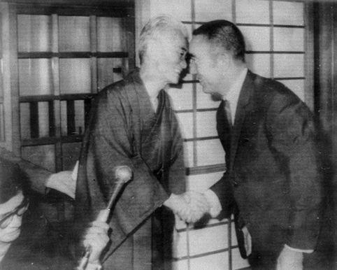 blog_yukio-mishima-right-celebrates-yasunari-kawabata-left-who-win-the-nobel-prize-for-literature-october-1968-photo-credit-kyc58ddc58d-tsc5abshinsha