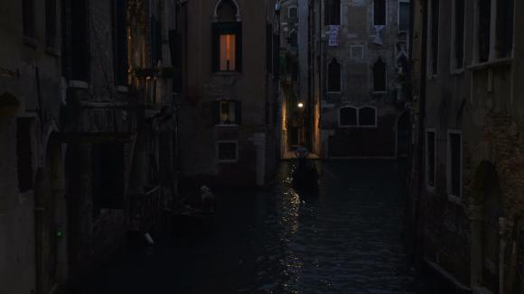 venice-italy-dark-night-canal-gondola-4k-035_ejxkswk3__f0000